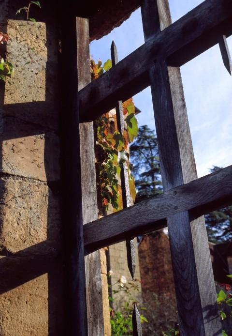 Portail en bois et pieux de fer, Dordogne