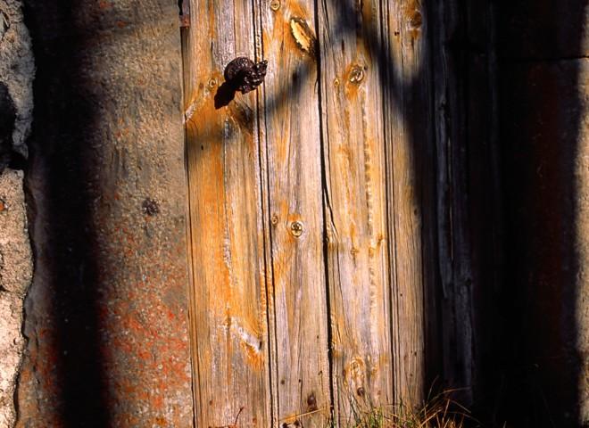 Vieille porte au soleil d'automne, Haute-Loire