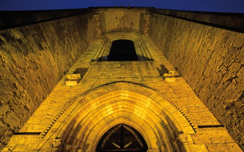Abbaye de Saint-Amand de Coly, Dordogne – Portail, de nuit