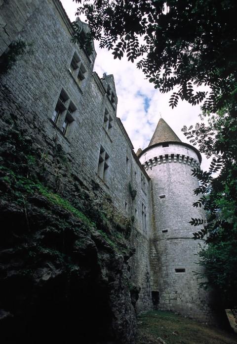 Château de Bridoire, Dordogne – Le château vu depuis les fossés