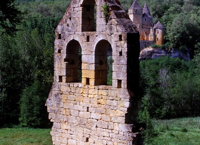 Le château de Laussel vu depuis l'ancienne chapelle de Commarque, Dordogne