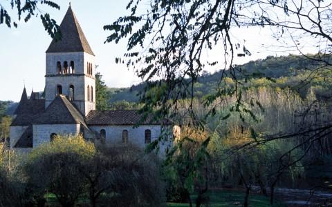 Eglise Saint-Léonce, Saint-Léon-sur-Vézère, Dordogne – Vue d'ensemble de l'édifice
