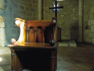 Eglise Saint-Pierre, Gironde – Siège en bois dans le choeur
