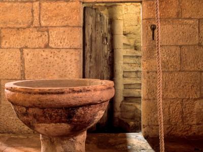 Fond baptismaux et escalier à vis, Valojoulx, Dordogne