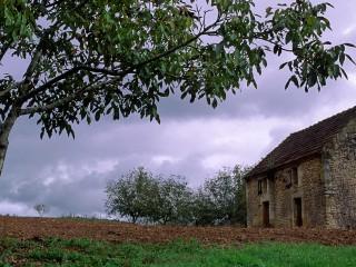 Ciel d'orage sur terre ocre, Dordogne