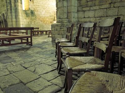 Abbaye de Saint-Amand de Coly, Dordogne – Ensemble de vieilles chaises