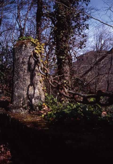 Vieille borne vers Lacoste, Dordogne