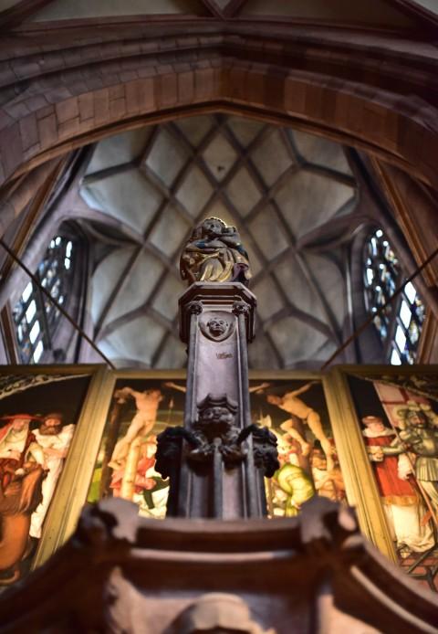 Cathédrale de Fribourg-en-Brisgau, Allemagne  –  Statue et voûte