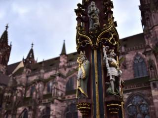 Fontaine près de la cathédrale de Fribourg-en-Brisgau, Allemagne