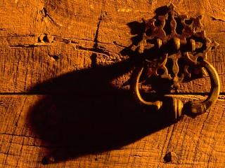 Vieille poignée de porte dans la nuit, Dordogne