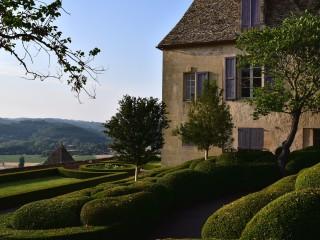 Les buis du château de Marqueyssac au soleil couchant.