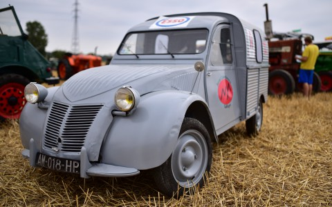 2cv fourgonnette au milieu des tracteurs – Rassemblement  ARAMAA, Reiningue, Alsace