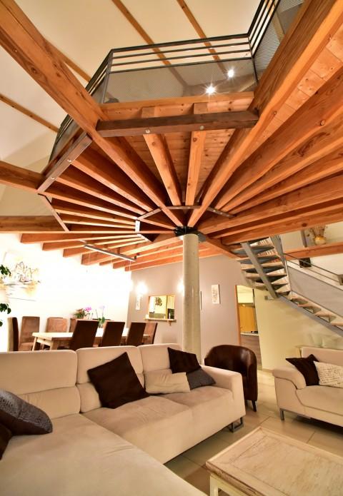 Tel un palmier de bois, la mezzanine de la «Gratadie».