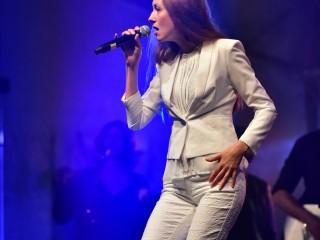 Myriam Tamaloult dans la peau de Céline Dion.