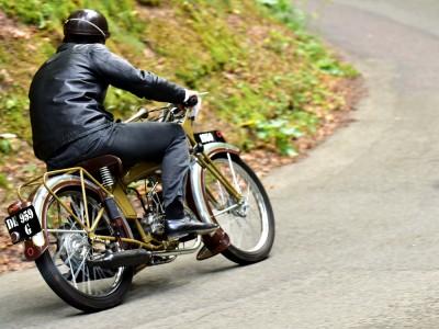 Motocyclette et chaussures de ville