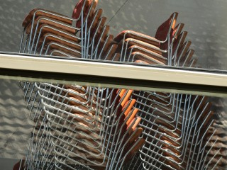 Chaises empilées. Novotel Belfort, Centre Atria