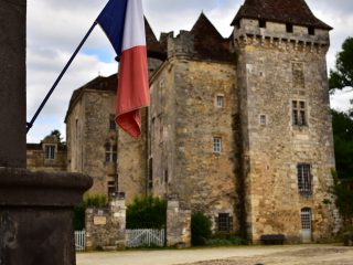 Drapeau tricolore devant le château de La Marthonie