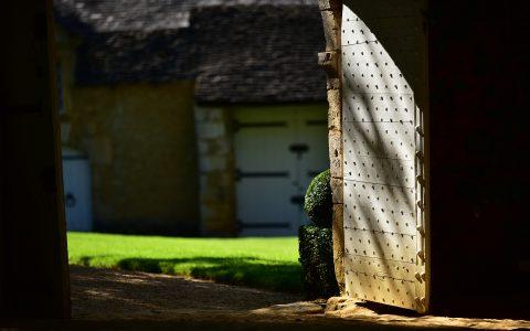 Ancienne porte cloutée, manoir d'Eyrignac, Dordogne