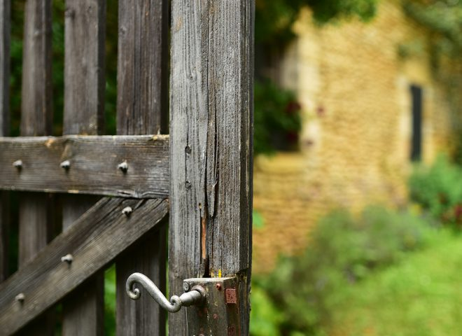 Serrure rouillée sur sa clôture dans le Périgord