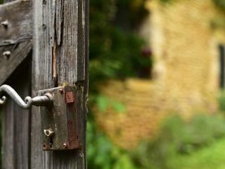 Vieille serrure rouillée sur sa clôture, Périgord